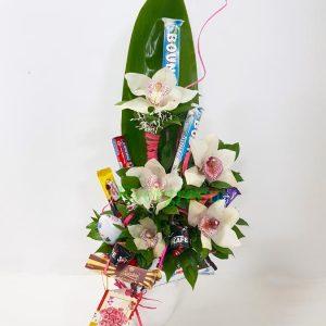 Aranžmani za rođendane – 004 – orhideje i cokoladice u keramickoj posudi