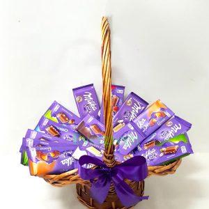 Aranžmani za rođendane – 010 – korpa sa milka cokoladama