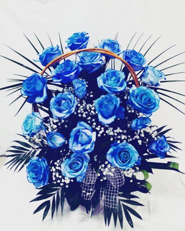Aranzmani za rodjenja 003 plave ruze u korpi