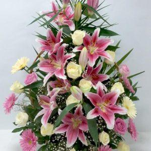 Aranžmani za venčanja – 001 – korpa kombinacija ruze kraljevski ljiljan