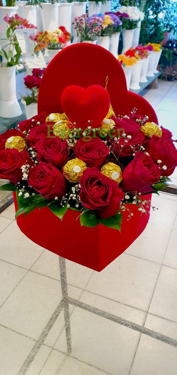 Crvene ruže u kutiji u obliku srca sa cokoladicama